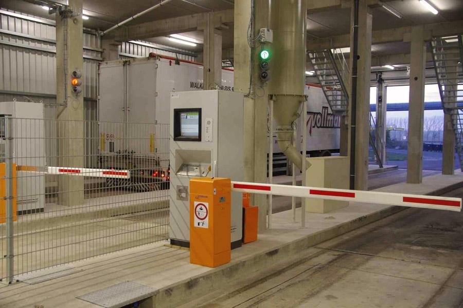 Fahreranmeldeterminal, mit Gegensprechanlage, Barcode– und Sicherheitsetikettendrucker