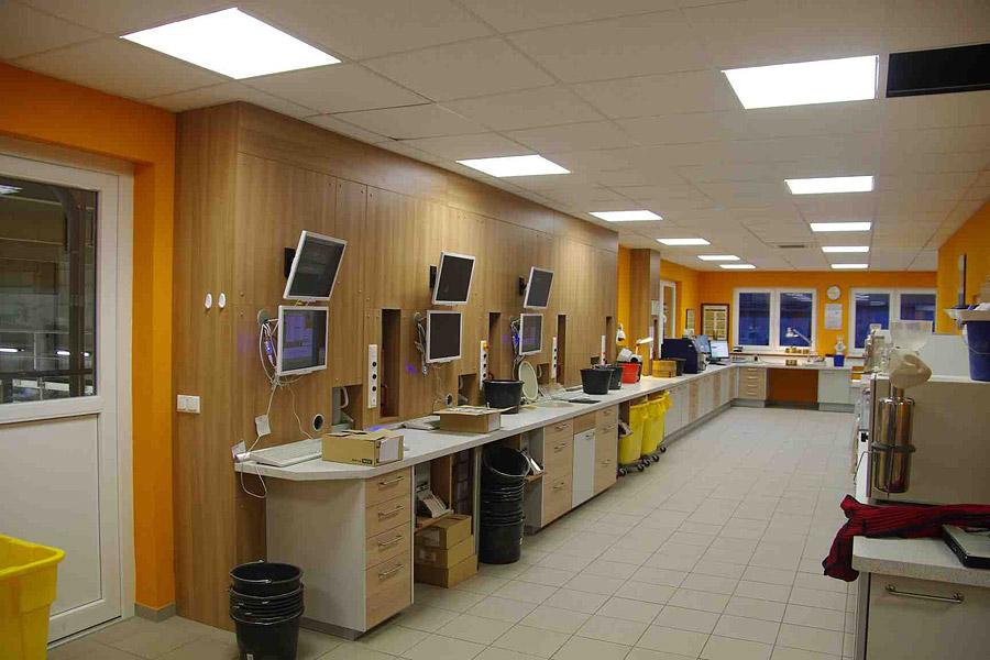 Ansprechendes Labor mit einem staubgeschütztem Probenauffangbehälter, Bildschirmarbeitsplatz, Barcodedrucker